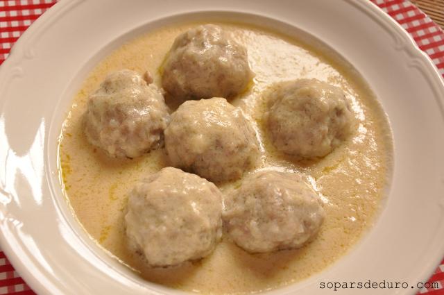 Mandonguilles amb salsa d'ou i llimona. Sopars de duro.