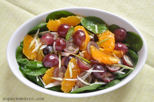 Amanida d'espinacs, raïm i taronja