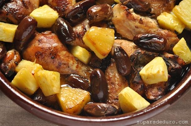 Pollastre amb pinya i dàtils